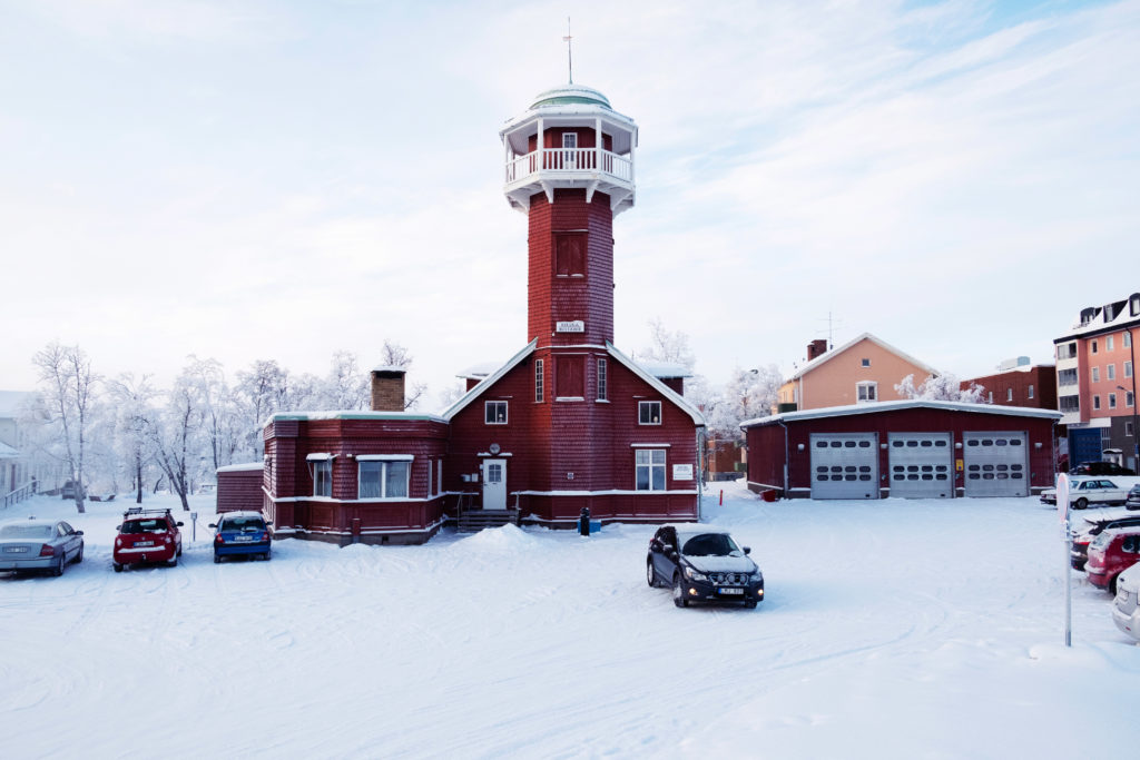 The former firefighter station which is the main building of Kiruna Böstader, the accommodations agency in charge in Kiruna, will be fully move in 2022. Kiruna Böstader is also one of the main operator in the new city construction.  Le bâtiment principal de Kiruna Böstader, l'agence chargé du logement à Kiruna, situé dans l'ancienne caserne de pompier, va être entièrement déplacé à l'horizon 2022. Kiruna Böstader est aussi un des acteurs principaux impliqués dans la construction de la nouvelle ville.